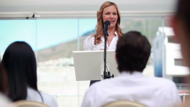 blonde woman speaking in a microphone - 演壇点の映像素材/bロール