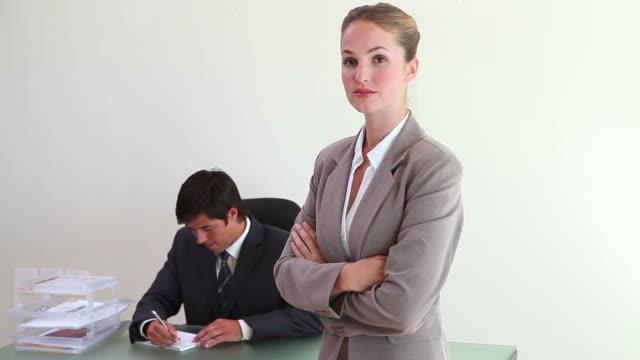 a blonde woman standing in an office - kompletter anzug stock-videos und b-roll-filmmaterial