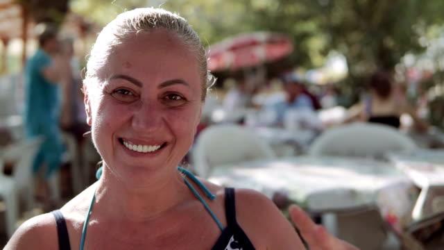 Blondie Frau auf der Suche und Victory-Zeichen machen