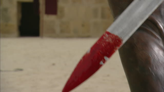 vidéos et rushes de blood drips from a roman gladiator's sword. - gladiateur