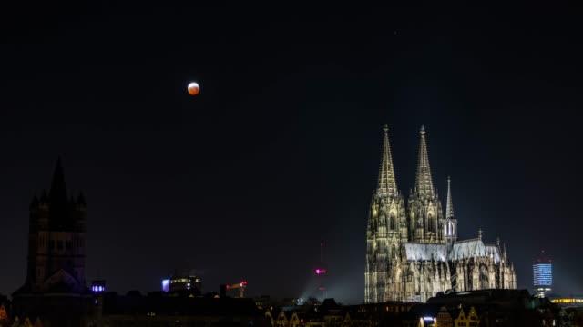 stockvideo's en b-roll-footage met de maan van het bloed over de kathedraal van keulen-volledige maanverduistering - europese cultuur
