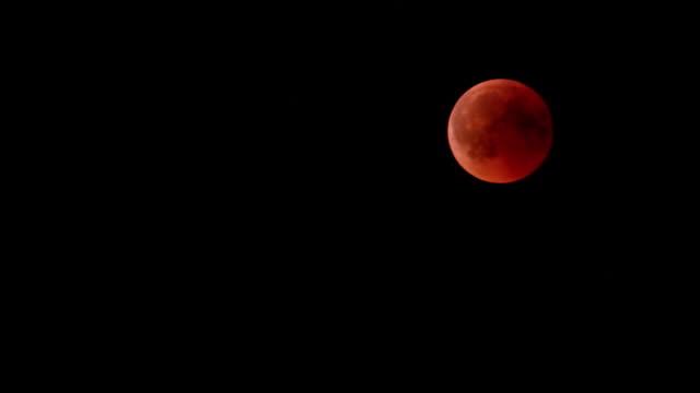 blood moon, totale mondfinsternis, 27. juli 2018 - 2018 stock-videos und b-roll-filmmaterial
