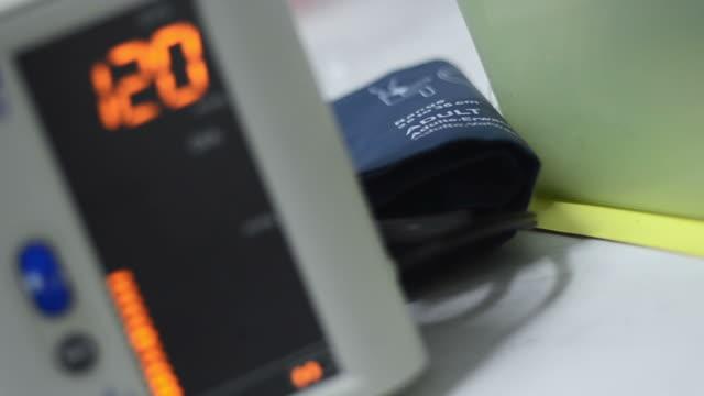 血圧計 - 緊急用具点の映像素材/bロール
