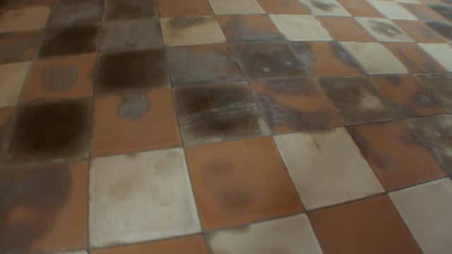 stockvideo's en b-roll-footage met cu ha blood stained floor in tuol sleng school, phnom penh, cambodia - betegelde vloer