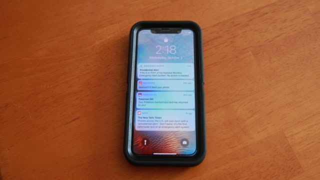vídeos de stock, filmes e b-roll de a presidential emergency text alert system test during the donald j trump presidency goes out to cell phones across the united states at 218 pm... - prontidão