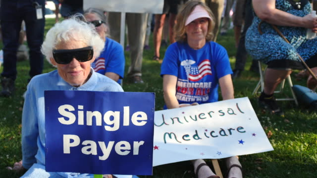 vídeos y material grabado en eventos de stock de activists listen to speakers at the monroe county courthouse during the medicare for all march and rally in support of universal healthcare the... - medicare