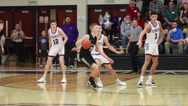 vidéos et rushes de bloomington, indiana, usa: bloomington high school south's panthers play against northview high school to win basketball coach j.r. holmes his... - niveau collège lycée