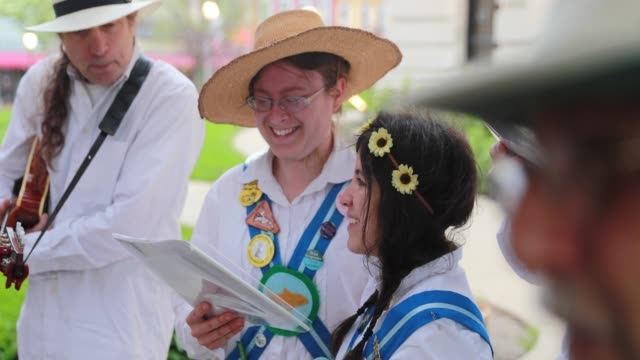 vídeos de stock, filmes e b-roll de the bloomington quarry morris dancers perform on the south side of the monroe county courthouse at sunrise may 1 2019 the group traditionally... - 1 de maio