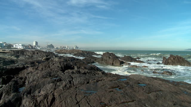 ms pan ws bloubergstrand rocky shore and table mountain, cape town, western cape, south africa  - テーブルマウンテン国立公園点の映像素材/bロール
