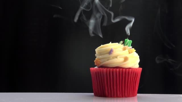 vidéos et rushes de bougie de souffler sur la coupe du gâteau - anniversaire d'un évènement