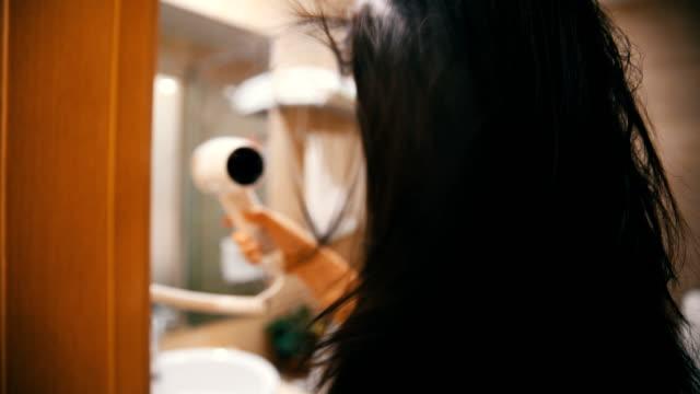 vídeos y material grabado en eventos de stock de blowdrying su cabello - cuarto de baño