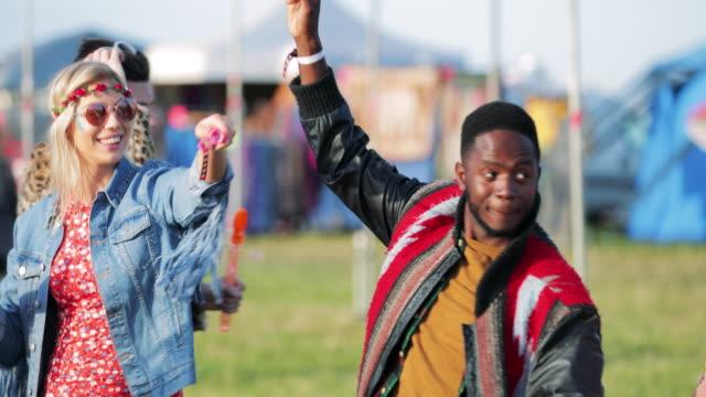 vídeos de stock, filmes e b-roll de soprando bolhas em um festival - festival de música