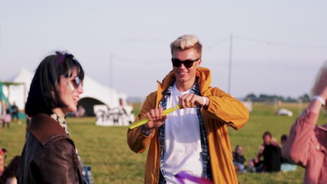 seifenblasen auf einem festival - seifenblasenring stock-videos und b-roll-filmmaterial