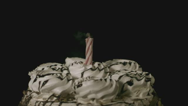 vídeos de stock e filmes b-roll de cu slo mo blowing candle on top of birthday cake / burbank, california, usa - soprar