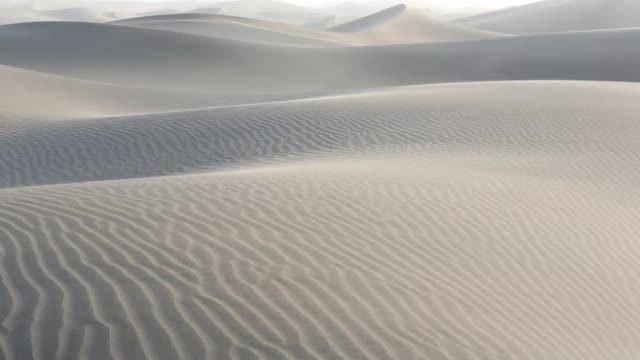 vídeos y material grabado en eventos de stock de blowing sand - parque nacional death valley