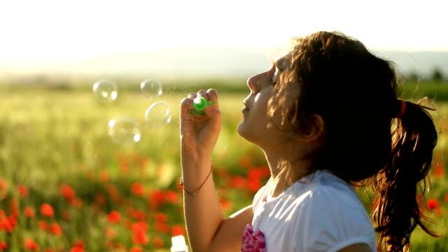 vídeos de stock, filmes e b-roll de bolhas de sabão de sopro - turquia