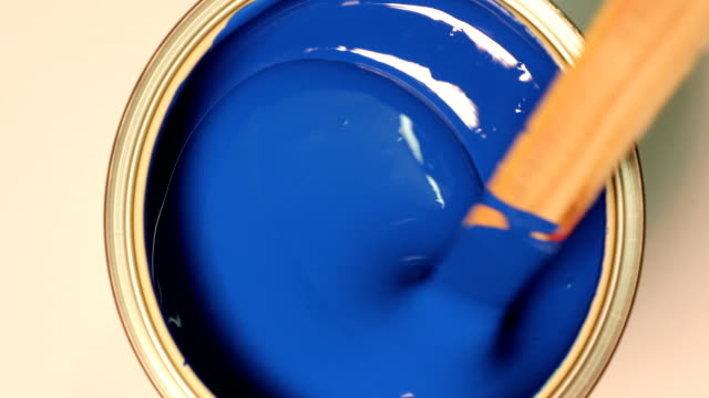 vídeos de stock e filmes b-roll de blue acrylic paint  mixing with hand mixer - equipamento