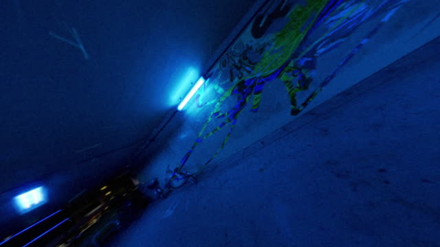 blue alleyway with graffiti appearing and disappearing. - 歐瑞 個影片檔及 b 捲影像