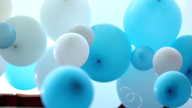 vídeos de stock, filmes e b-roll de balões decoração azul e branco - balão decoração