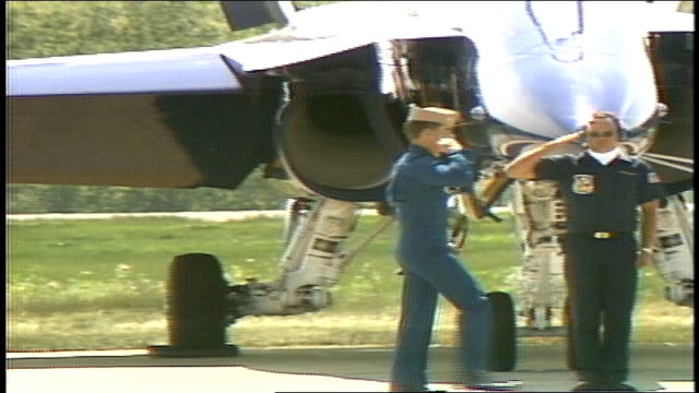 stockvideo's en b-roll-footage met blue angel pilot marching and getting into their planes - amerikaanse zeemacht