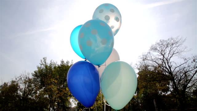 vídeos y material grabado en eventos de stock de globos azules en el cielo - globo de helio
