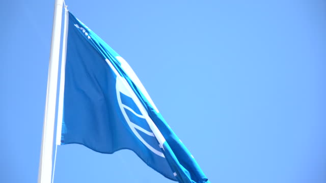 blaue strandflagge - azul stock-videos und b-roll-filmmaterial