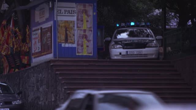 vidéos et rushes de a blue car chasing a police car on a street. - poursuivre