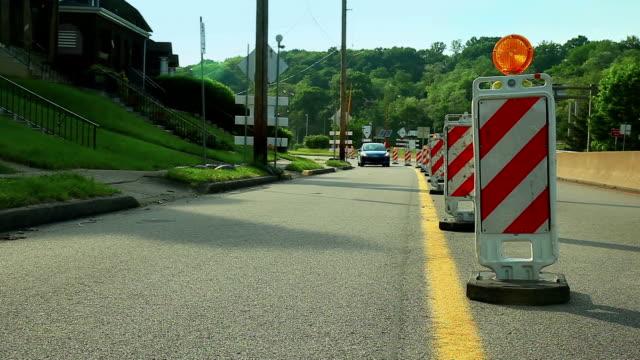 auto blu di guida è vicino alla ricostruzione parte della strada - blocco stradale video stock e b–roll