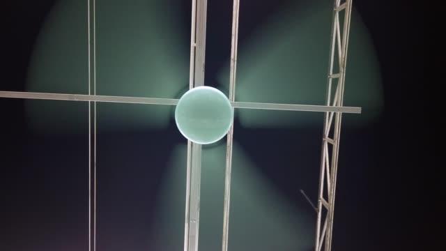 vídeos de stock, filmes e b-roll de ventilador de teto azul - ventilador de teto
