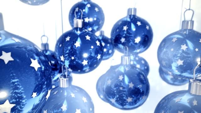 Blue Christmas balls auf weißem Hintergrund, nahtlose loop