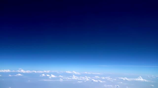 vidéos et rushes de 4k bleu clair ciel avec copyspace pour le texte - inclinaison