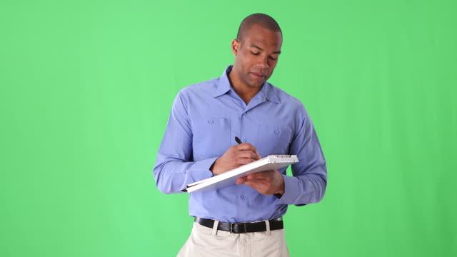 vídeos y material grabado en eventos de stock de blue collar workman with clipboard - encuadre de tres cuartos