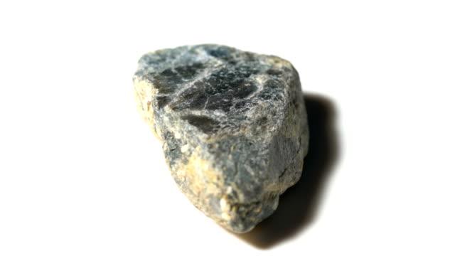 vídeos de stock, filmes e b-roll de amostra de pedra mineral corindo azul em rotação com fundo branco - mineral