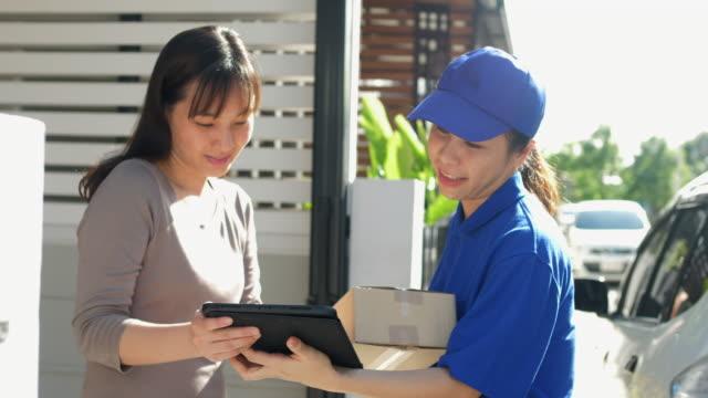 stockvideo's en b-roll-footage met blauw afleverpakket en verzenden naar klanten , deur tot deur item - karton