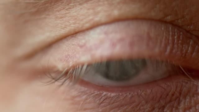 ECU blu occhio di medio invecchiato persona