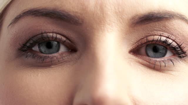 Blaue Augen schaut an die Kamera