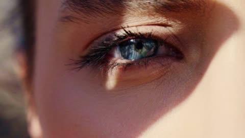 藍眼睛肖像。特寫 - 美麗的女人 個影片檔及 b 捲影像