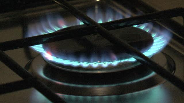 ブルーの炎のガスストーブ、ダーク - 可燃性点の映像素材/bロール