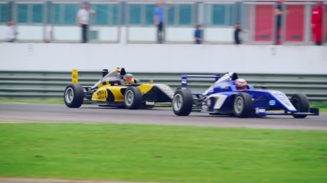blue formula in lead driving through the chicane - 競争点の映像素材/bロール