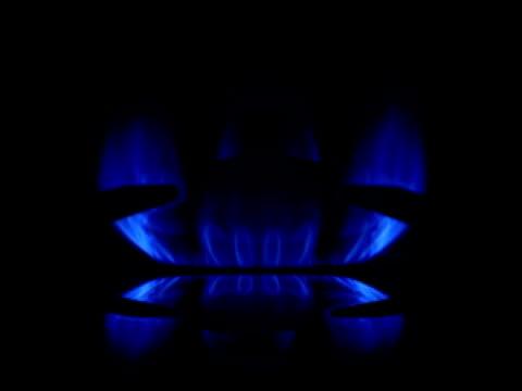 Blaue Gas Flamme mit Reflexion auf schwarzem backround.