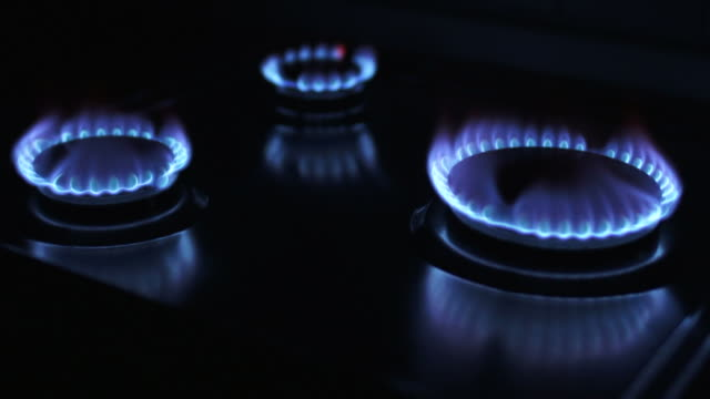 blue gas flames close-up (loopable) - feuer stock videos & royalty-free footage