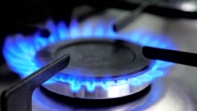 vídeos de stock e filmes b-roll de blue gas stove close-up - flame