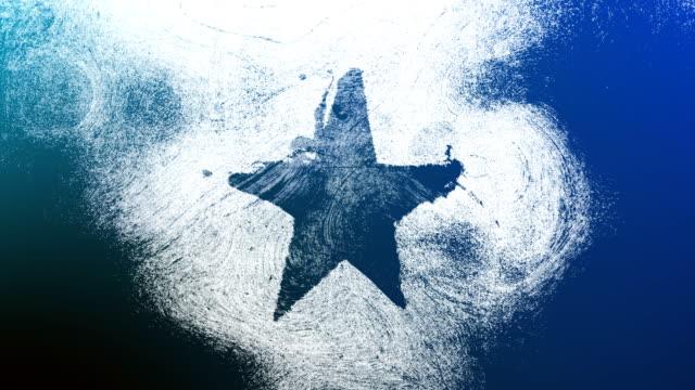 vidéos et rushes de blue grunge star forme symbole sur un haut contrasté grungy et sale, affligé et taché mur 4k fond vidéo avec tourbillons style de rue pour les concepts de popularité, célébrités, renommée, hollywood, réputation, gloire, transitions et titres. - image détériorée