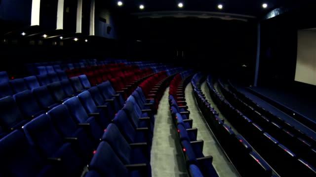 vidéos et rushes de hall bleu cinéma avec des sièges vip rouge - domestic room