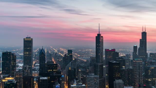 vídeos de stock e filmes b-roll de t/l ws ha td blue hour in chicago, from dusk to night - chicago 'l'