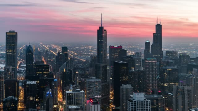 t/l ws ha tu blue hour over chicago - chicago 'l' video stock e b–roll