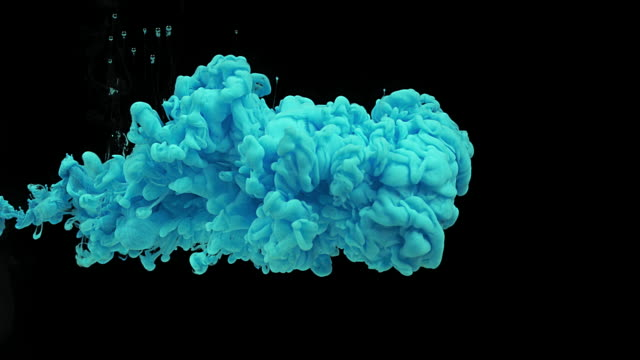 vidéos et rushes de blue ink entering water against black background, slow motion 4k - encre