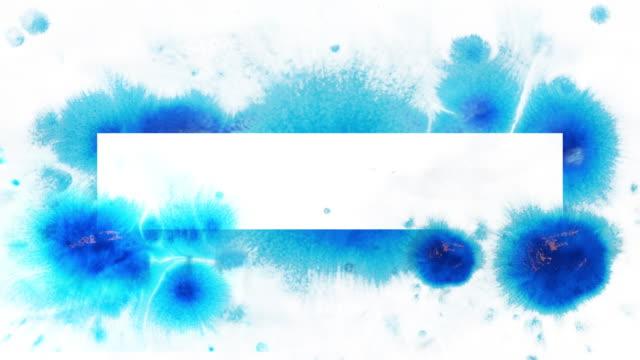 Blauwe inkt splatter op wit.