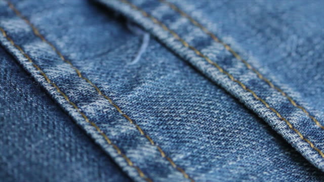 vídeos de stock, filmes e b-roll de 4k textura jeans azul close-up - jeans calça comprida