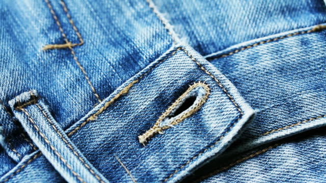 vídeos de stock, filmes e b-roll de 4k textura jeans azul close-up - jeans